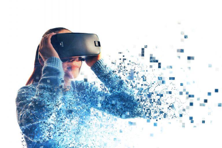 Ragazza con visore di realtà virtuale